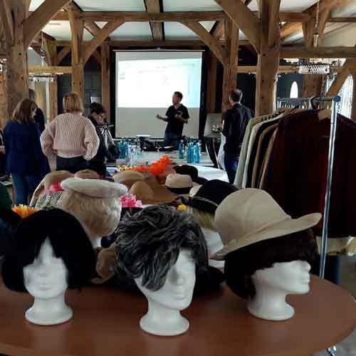 Tisch mit Kostüme und Requisiten