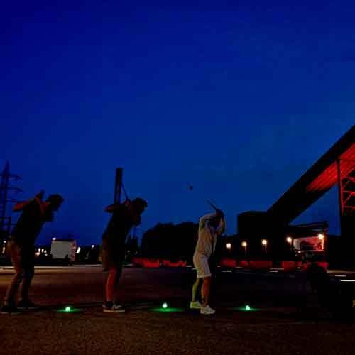 Drei Golfspieler mit LED Bälle bei Nacht