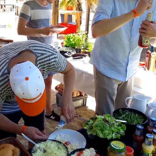 Gruppe am Grillbuffet