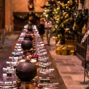 Weihnachtliche Tafel mit Weihnachtsbaum