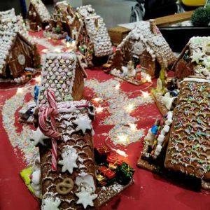 Lebkuchen-Häuser auf Tisch dekoriert