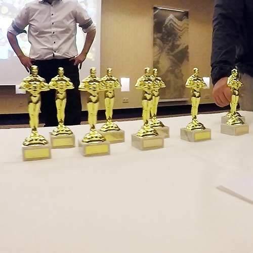Oscars auf Tisch bei Preisverleihung
