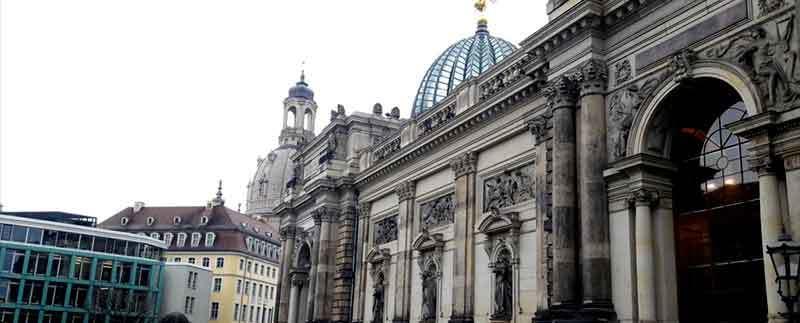 Außenansicht eines prachtvollen Gebäudes in Dresden