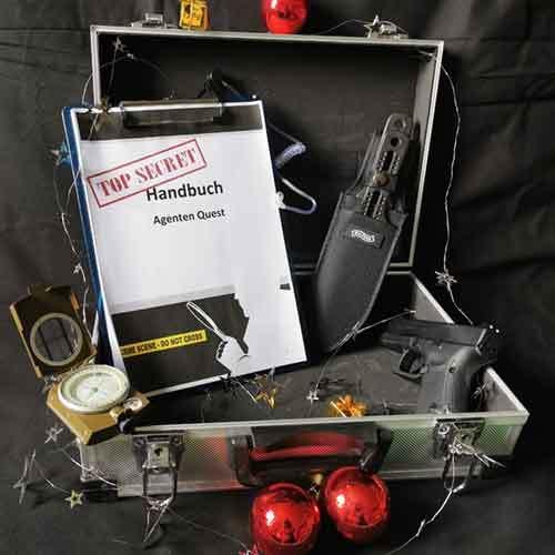 Agenten Koffer mit Pistole, Kompass und Wurfmesser