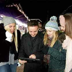 Team auf Weihnachtsmarkt löst Aufgabe