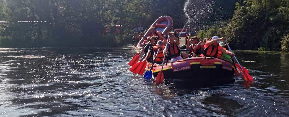 Team in Raft auf Fluss in Dreieich